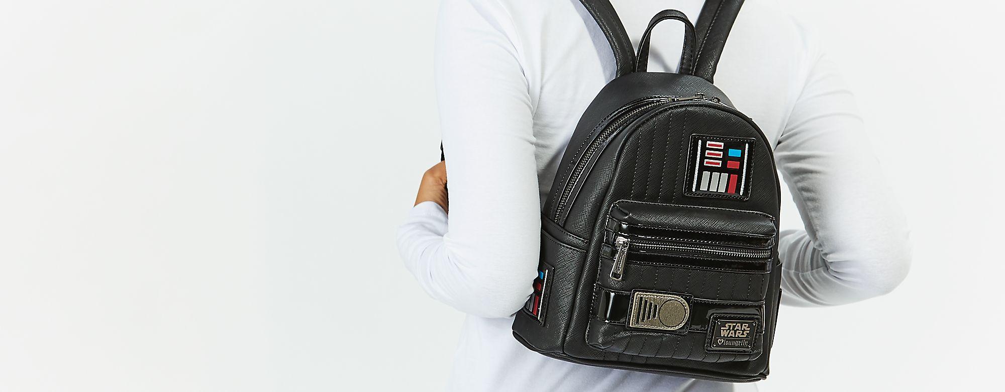 Loungefly Lounge Fly ha creado las mochilas, bolsos y accesorios más increíbles con tus personajes favoritos de Disney. Hazte con ellos. DESCUBRIR