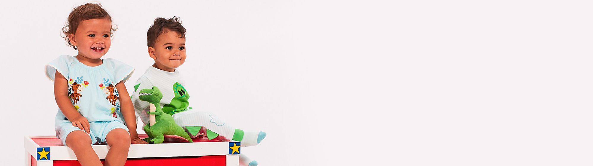 Vêtements Enveloppez vos bambins de la magie Disney ! Barboteuses, déguisements et peignoirs, choisissez parmi les nombreux vêtements bébé !