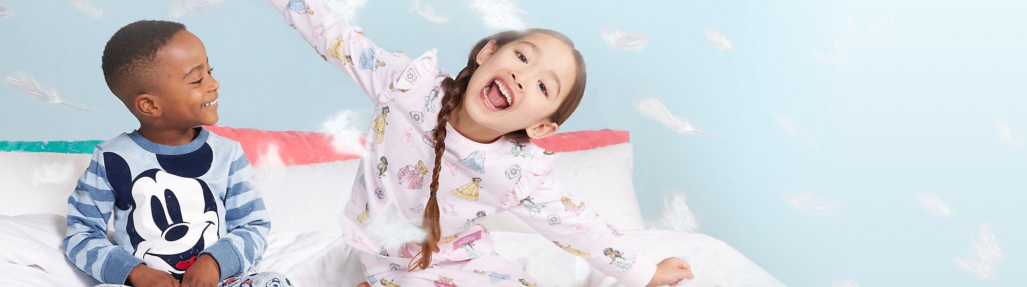 Colección para la hora de dormir La hora de dormir será más divertida con nuestra colección de pijamas Disney para adultos y niños.