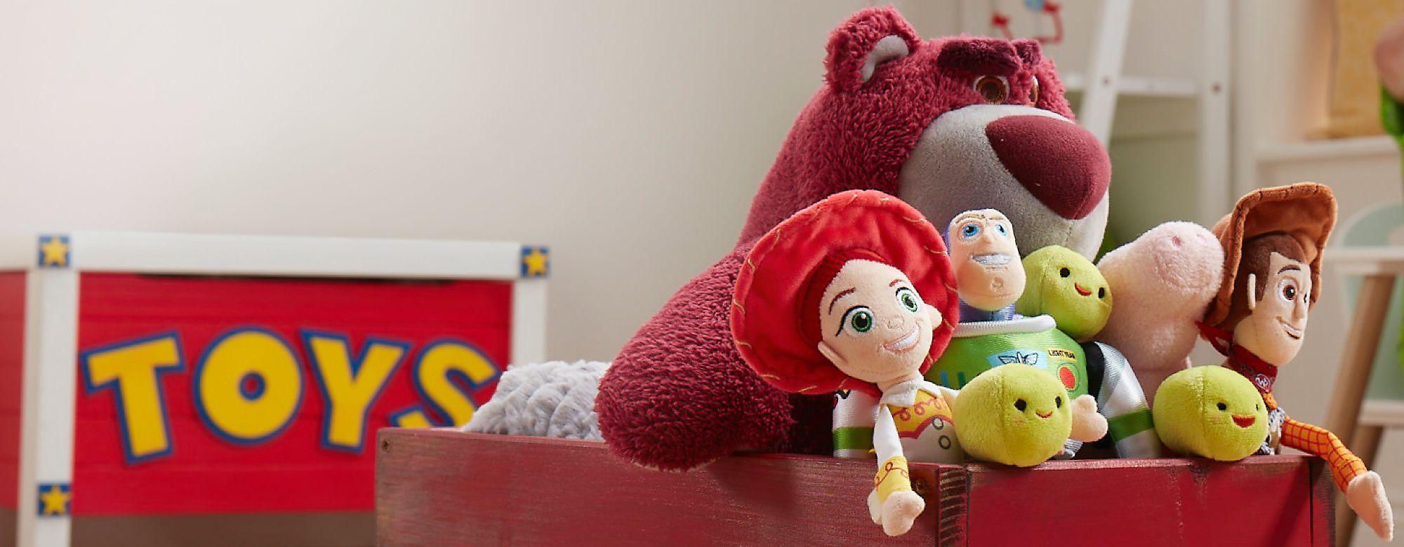 Giochi Pixar Cerca il tuo peluche Pixar preferito! Vieni a dare un'occhiata a tutta la nostra ampia gamma di peluche dedicati a tutti i personaggi che ami