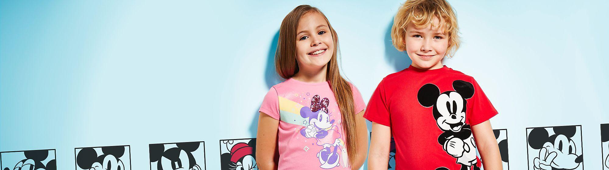 Mode enfants Pour être à la mode de Disney, votre enfant sera ravi de porter robe, T-shirt ou encore pantalon à l'effigie de ses personnages Disney préférés !