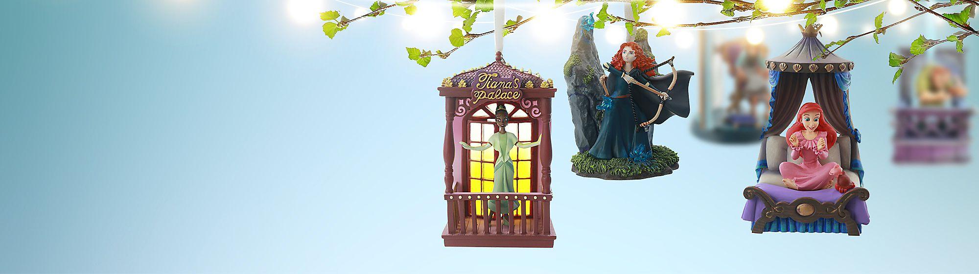 Ornements Pour une décoration magique, découvrez notre collection d'ornements Disney à l'effigie de Mickey, Star Wars ou encore Cendrillon !