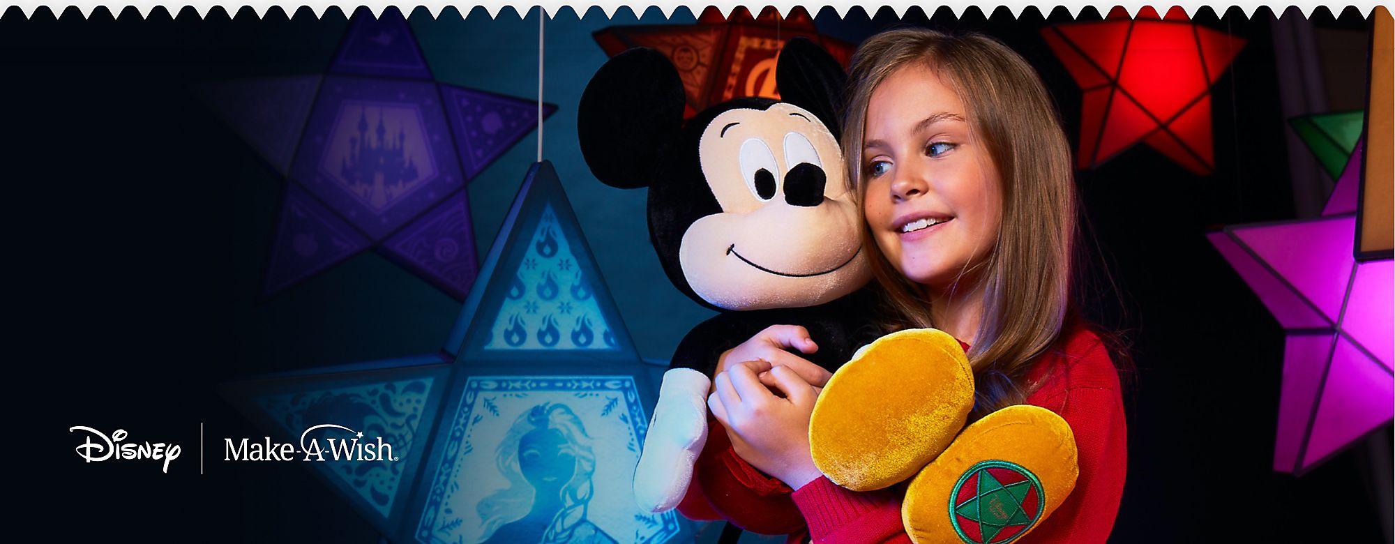 Peluche Mickey de Noël vintage Inspirée de la nouvelle publicité de Noël de Disney, notre peluche Noël vintage de Mickey est disponible à l'achat dès maintenant. Pour chaque peluche Mickey vendue, Disney Store reversera 25 % du prix de vente (hors taxes) à des associations Make-A-Wish.