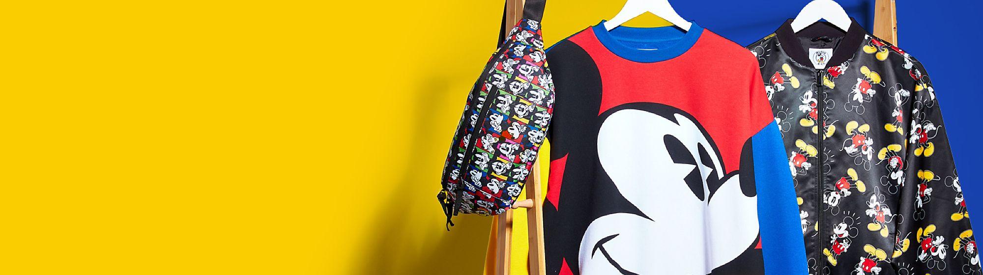 Mickey and Co.Collection Eine neue Disney Bekleidungsmarke im Retro-Look inspiriert von Designs aus den 80er und 90er Jahren, hergestellt mit einem Material, das zu 50% aus recycelten Plastikflaschen besteht.
