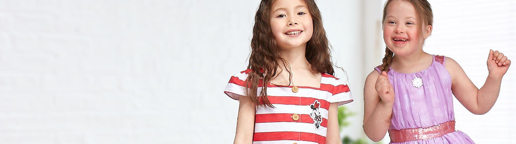 Kleidung für Mädchen Lass dich inspirieren und entdecke unsere wunderbare Auswahl an Kindermode für Mädchen wie Mäntel, Jacken und T-Shirts.